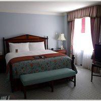 程好くクラシックな寝室