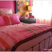 ビビットでフェミニンなピンクの寝室