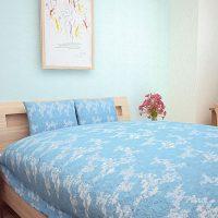 水色壁紙のナチュラル系寝室インテリア