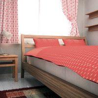 グレーの寝室をファブリックで差し色アレンジ