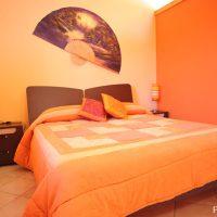 赤×オレンジでポップな寝室インテリア