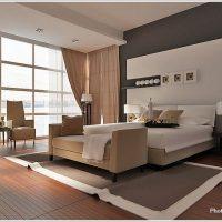 壁に特徴あるモダンな寝室