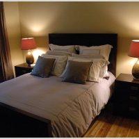照明を対象にレイアウトしたモダンな寝室