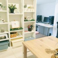 棚をふんだんに使って小物を飾る雑貨屋さんのようなお部屋
