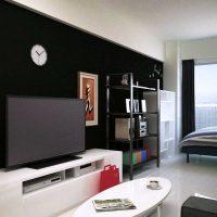 アクセントクロスに白黒モダン家具とカラフル雑貨を合わせた部屋