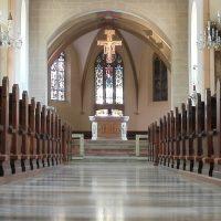 素材の組み合わせが参考になる教会のインテリア