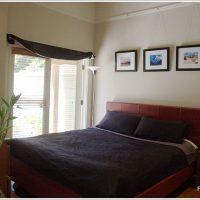 レザーベッドを配置したモダンな寝室インテリア
