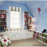 空の壁紙とお城のようなカラーボックスのかわいい子供部屋